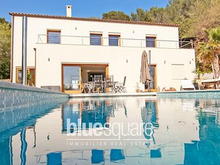 luxury villa with pool,hammam and seaview.Quiet and green area.Parking