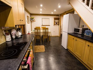 Clematis cottages: The Oak Barn, Stamford. Sleeping up to 4 guests in comfort.