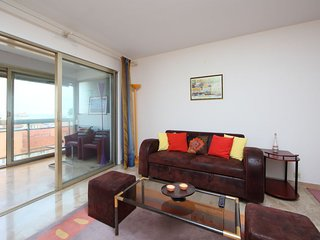 2 bedroom Apartment with WiFi and Walk to Beach & Shops - 5700254