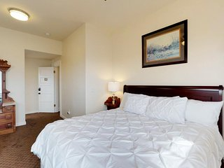 Beautiful suite in historic manor - jetted tub, shared pool, & deluxe breakfast!