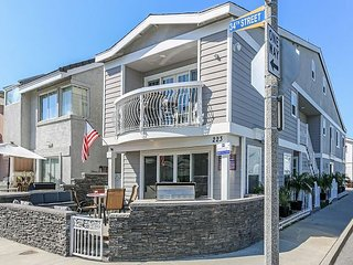 Condo 2 Blocks To The Ocean - HUGE Patio - Bikes & Boards Included! (68428)
