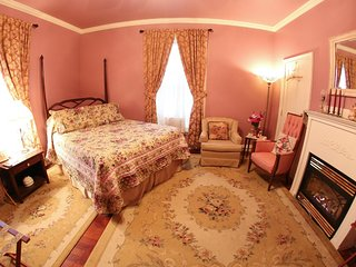 Sutton House BnB - 2nd Floor - Main Pink Rose Room (Room 4)