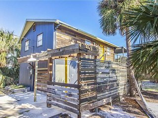 Artist Retreat, 2 Bedrooms, Summer Haven, 3 Houses to Beach, Sleeps 7 - House
