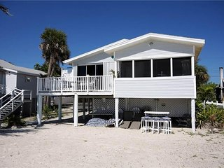 Beach House, 3 Bedrooms, Gulf Front Cottage, WiFi, Sleeps 6 - House