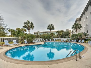 'Sandy Feet Retreat' 2BR Hilton Head Resort Condo