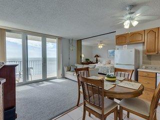 Estero Beach & Tennis 1204A, 1 Bedroom, Elevator, Heated Pool, Sleeps 4 - Condom