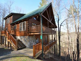 Hidden Haven ~ Perfect Family Retreat, Hot Tub, Game Room, WiFi, Gas Fireplace,