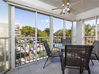Royal Pelican 111, 2 Bedroom, Canal View, Elevator, Heated Pool, Sleeps 6 - Cond