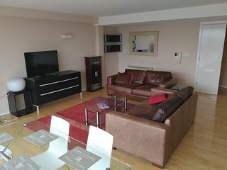 Modern 2 bed and parking City center by rentalshosted