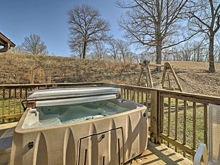 Log Cabin w/ Hot Tub & Fire Pit - Mins to Branson!