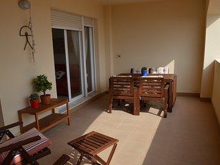 Apartamento nuevo, a 300 m de la playa, con piscina y con plaza de garaje. Dispo