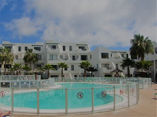 Casa Kazz 1 bed sea view apt (sleeps up to 4), centrally located, heated pool
