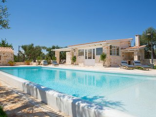 Luxury Trullo - infinity pool and beautiful garden