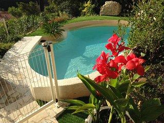 Rez de jardin de villa avec piscine vue mer
