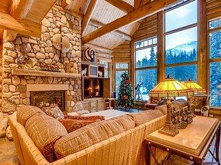 Ski Lynx Lodge: Custom Log Home, 3 Acres, Private Hot Tub, Pool Table & More