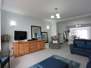 BOURNECOAST: MODERN HOLIDAY FLAT WITH FANTASTIC SEA VIEWS - SANDY BEACHES-FM6128