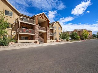 Third-floor condo w/ mtn views, shared pool & hot tub - drive to national parks!