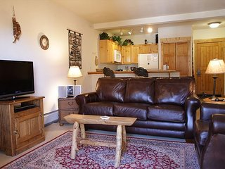 TF2664 Pretty Condo w/Fireplace, Wifi, Walk to Lifts, Common Hot Tubs