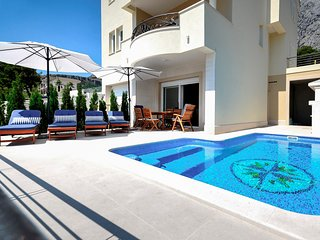 4 bedroom Villa with Pool and WiFi - 5582106