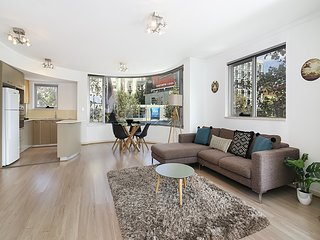 Lower Bridge and Sails - Executive 2BR Darlinghurst Apartment with Balcony and V