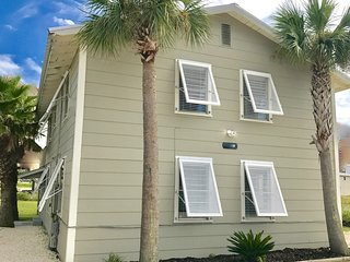 'Sandy' of Sandy & Salty / 2BR 1BA Duplex / Pet Friendly! / Short Walk to Beach!