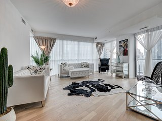 Trendy 3 BD Condo KING ST. WEST heart of TO