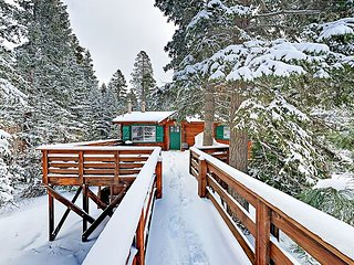 Modern 4BR Cabin w/ Hot Tub & Private Beach Access - Near Hiking & Skiing