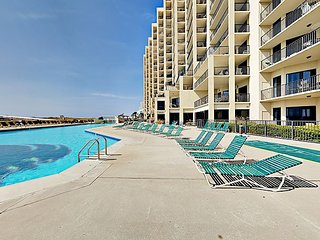 Phoenix VII 2BR/2BA w/Open Floor Plan, High Ceilings and Steps to Pool/Beach