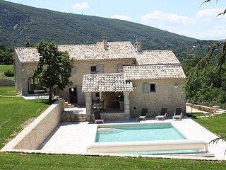 LS2-85 MEZZA VOCE Amazing property in the village of Bonnieux