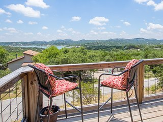 LAKESIDE OASIS~Magnificent panoramic lake views! 3/3 sleeps 8 TO 9 RAMP 5