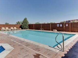 Dog-friendly townhouse w/mountain views, seasonal pool & hot tub, great location