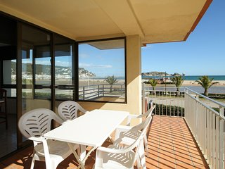 Beachfront apartment with parking and air-conditioning