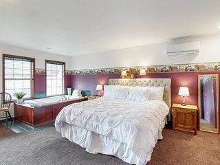 Charming bed & breakfast suite with shared pool, jetted tub, peaceful location!