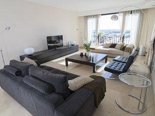 Apartment a short walk away (191 m) from the 'Playa del Duque' in Marbella with
