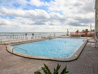 Oceanview studio w/ shared pool, sundeck, & beach access - walk to the pier!
