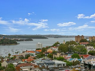 SYDNEY LUXURY 2B2B APT + FREE PARKING | 2 Mins Walk to Milsons Point Station