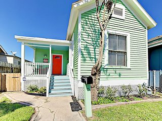 Colorful 3BR Artist Home - 1 Block to Beach in Galveston