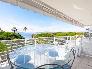 On the Croisette: Magnificent 2-bedroom with panoramic sea view.