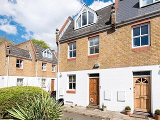 Four bedroom Spacious Luxury Townhouse in Richmond. Private Parking, BBQ