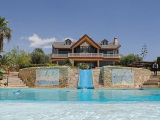 Luxury 5 Bedroomed Private Villa with amazing pools and stunning Lake Views