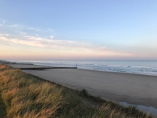 Beachside Bacton holiday chalet, sea view, Beach 30 metres with TV and Wifi