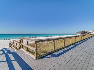 Beautiful condo w/ a furnished balcony w/ Gulf views, plus shared pool & hot tub