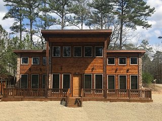 Rowdy Fox Cabin Newly built 2018 , Pool Table, Hot tub, Fire Pit