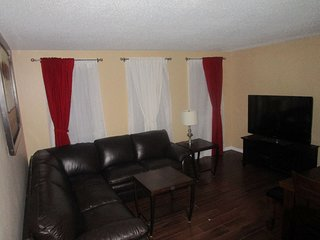 Spacious 3 BR bungalow, 15 min to DT, close to C-Train, Mall, Hospital & a Zoo