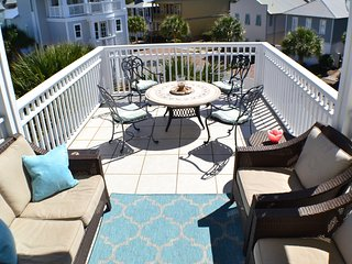 Sunsplash - Near Beach, Pool & Shops w/ Rooftop Deck