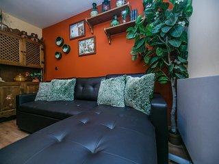 Confortable sofá cama con cheslonge.  Cómodo sofá y amplia cama de matrimonio.