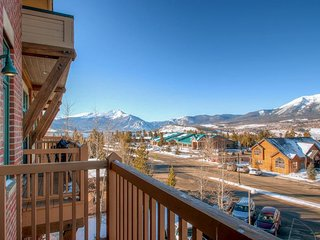 Centrally located studio with stunning views near shopping, dining, and skiing!