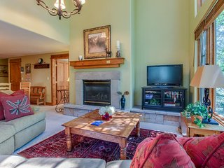 Family ski home w/shared pool & hot tub, steps from slopes!