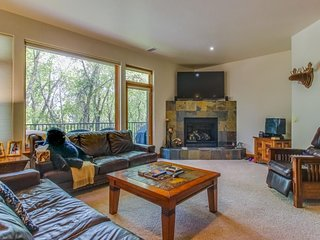 Spacious, riverside home w/ private hot tub - drive to Beaver Creek!