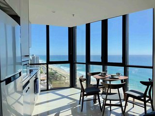Surfers 270° Beachside Apartment